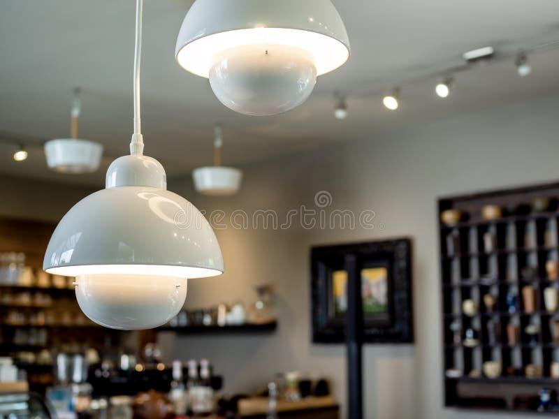 Biała podsufitowych świateł dekoracja w kawiarni obrazy stock