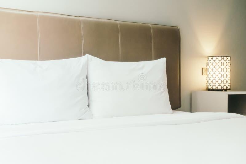Biała poduszka na łóżku fotografia royalty free