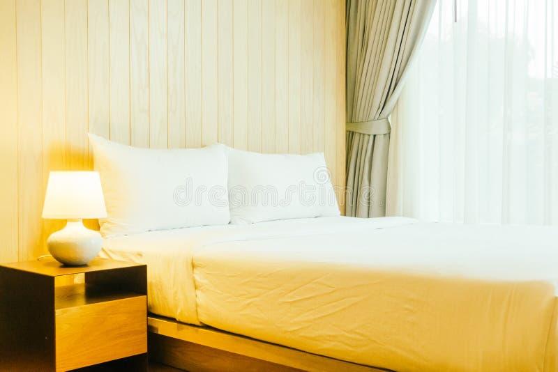 Biała poduszka na łóżku obrazy stock