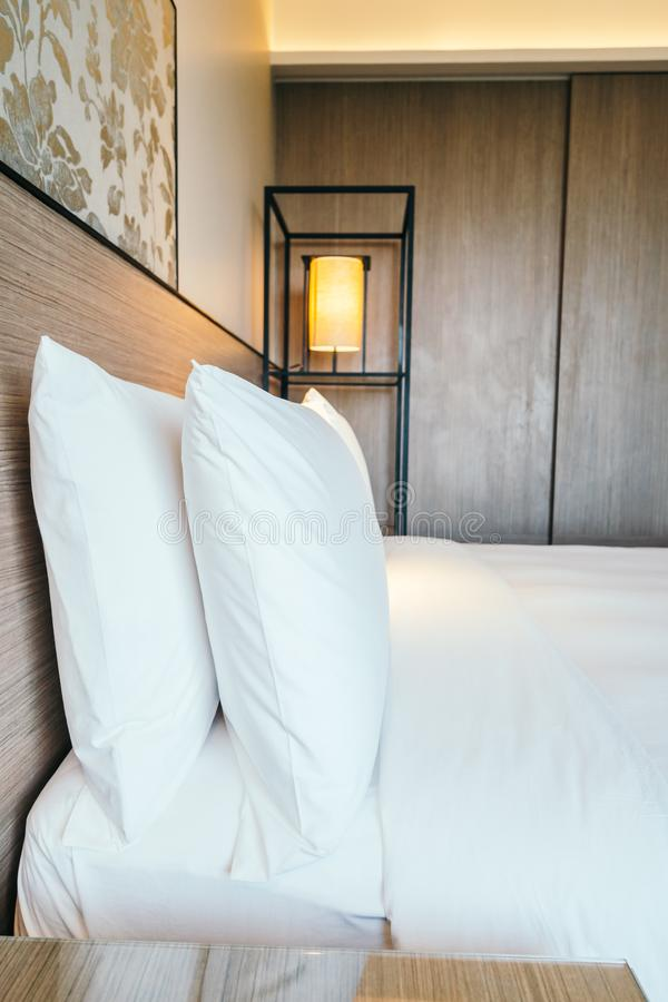 Biała poduszka na łóżku zdjęcia stock