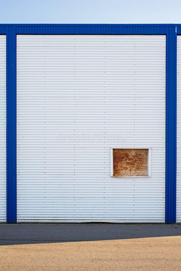Biała Przemysłowa magazyn ściana w błękit ramie zdjęcie stock