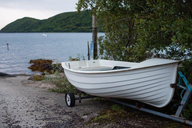 Biała przyczepa na slipway morzem i obrazy royalty free