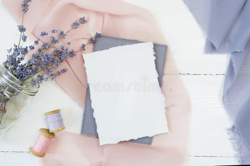 Biała pusta karta na tle różowa i błękitna tkanina z lawendą kwitnie na białym tle Mockup z obraz stock