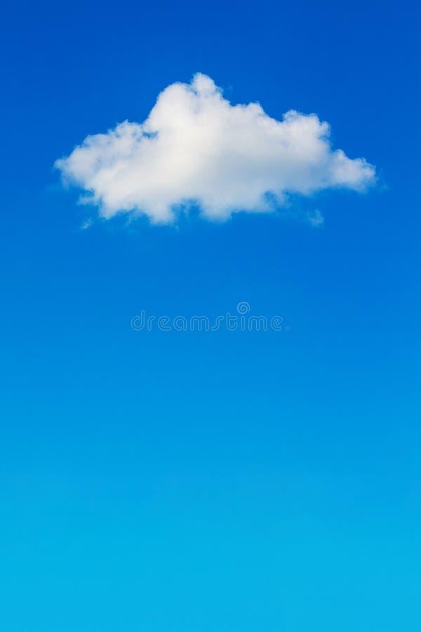 Biała puszysta chmura na niebieskim niebie, pionowo format_ zdjęcia stock