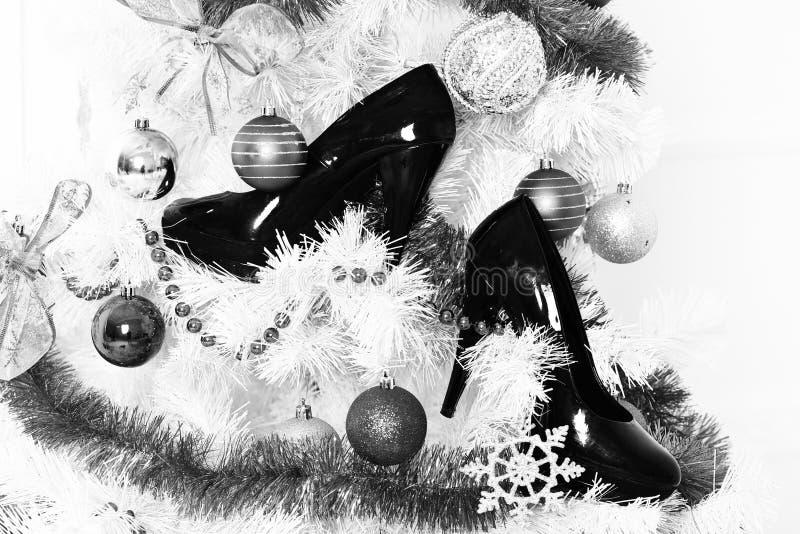 Biała puszysta choinka dekorował z kolorowymi błękitnymi piłkami z srebnego płatek śniegu nowego roku dekoracyjnymi koralikami i zdjęcie royalty free