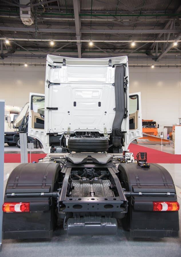 Biała reklamy ciężarówka bez ładunku parkującego w manufaktura budynku widok z powrotem obrazy stock
