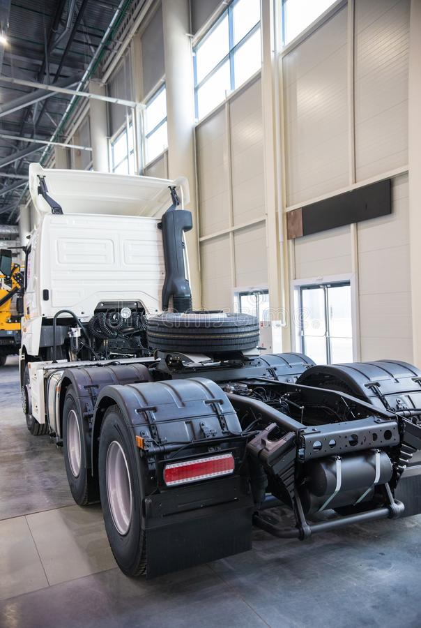Biała reklamy ciężarówka parkująca w manufaktura budynku widok z powrotem zdjęcie royalty free
