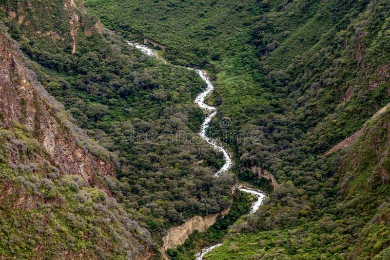 Biała Rio Blanco dolina z szybką wodą bieżącą między kamieniami lub rzeka, Peru zdjęcia stock