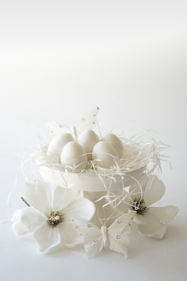 Biała rocznika Easter scena, torta stojak z jajkami dla teksta, flowesr, przeciw białemu tłu, przestrzeń obrazy royalty free