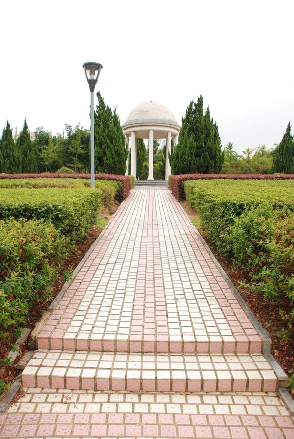 Biała rotunda w parku publicznym w mieście Yiwu, prowincja Zhejiang, Chiny obraz royalty free
