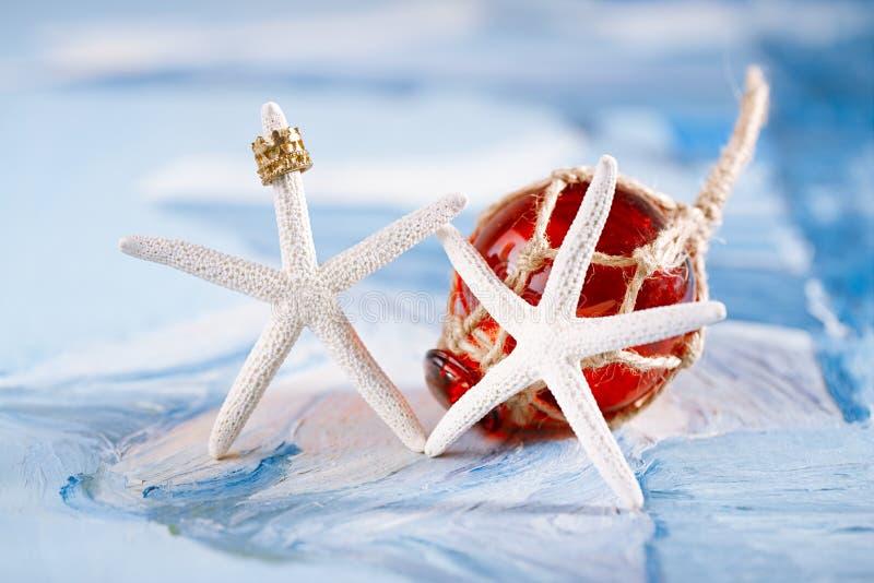 Biała rozgwiazda z czerwonym szkło pławikiem zdjęcia stock