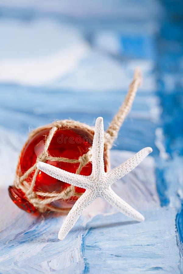 Biała rozgwiazda z czerwonym szkło pławikiem obrazy stock