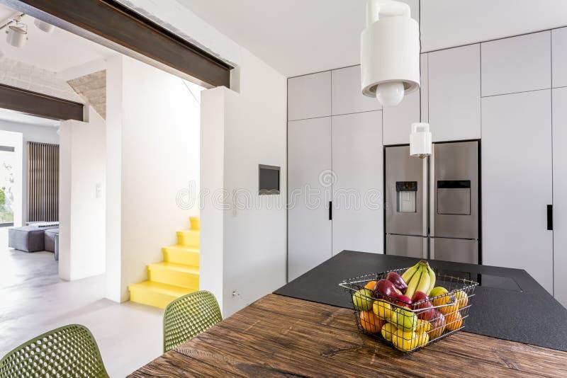 Biała scandi kuchnia z stołami fotografia stock
