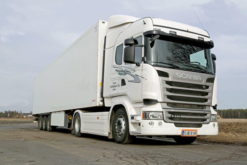 Biała Scania R440 ciężarówka przy wiosną zdjęcia royalty free