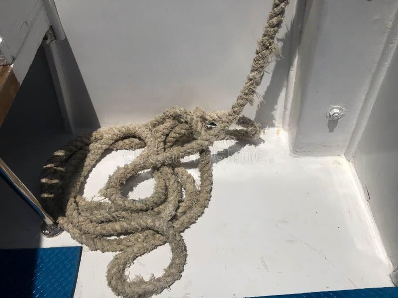 Biała silna silna gęsta tkanina statku ` s arkana, arkana dla kuszetki, przerwa kłama na statku, łódź na podłoga zdjęcia stock