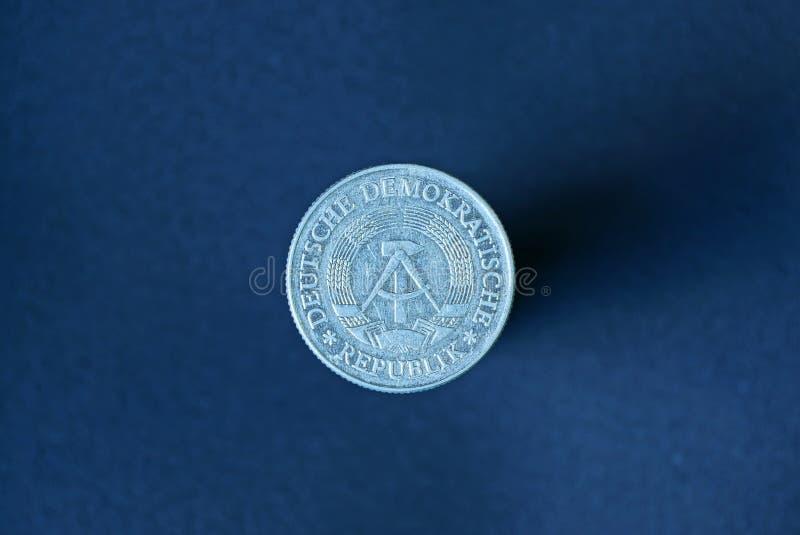 biała stara Germany moneta z żakietem ręki na szarym tle obraz royalty free