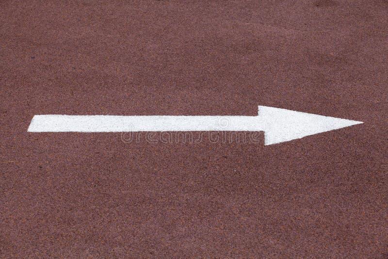 Biała strzała nad czerwonym sporta śladem, dobro ruch obraz stock