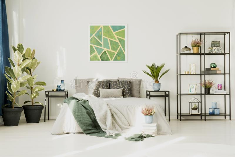 Biała sypialnia z dużym łóżkiem obrazy stock