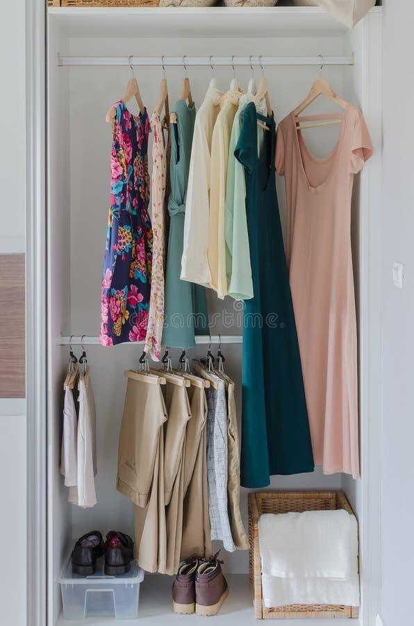 Biała szafa z ubraniami, suknią i butami, zdjęcia royalty free