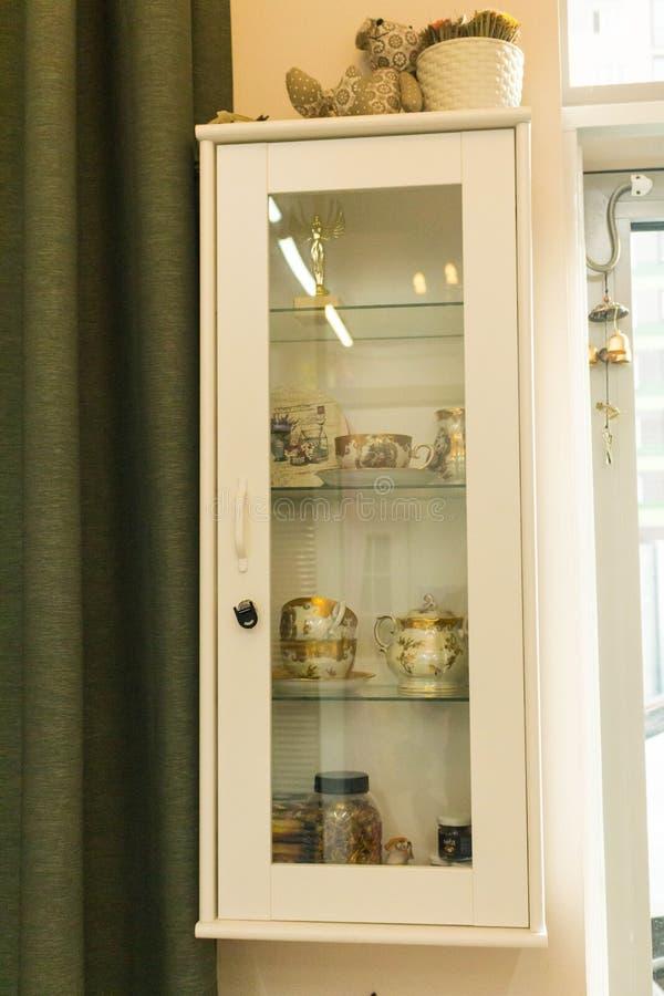 Biała szafka z szklanym drzwi obrazy stock