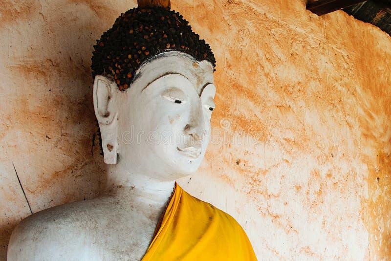 Biała twarz Buddha statua w Buddyjskiej świątyni fotografia stock