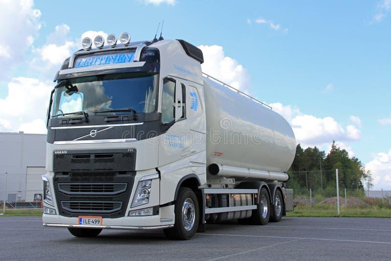 Biała Volvo Cysternowa ciężarówka dla jedzenie transportu obraz stock