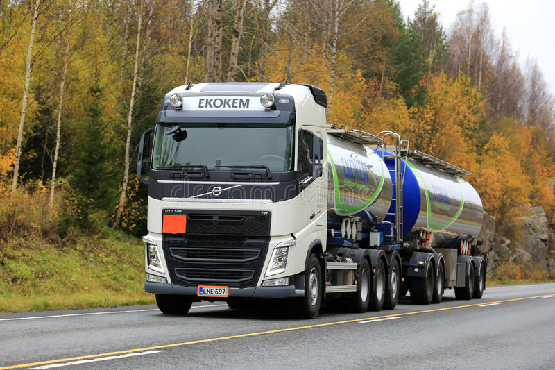 Biała Volvo FH Cysternowa ciężarówka Ekokem na drodze zdjęcia stock