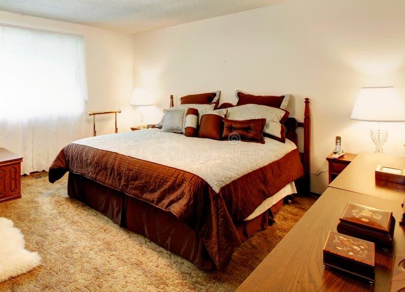 Biała wygodna sypialnia z tv obraz stock