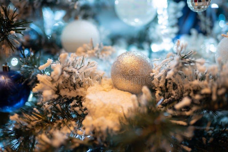 Białe Boże Narodzenia osrebrzają balowego ornament na nowego roku drzewie obrazy royalty free