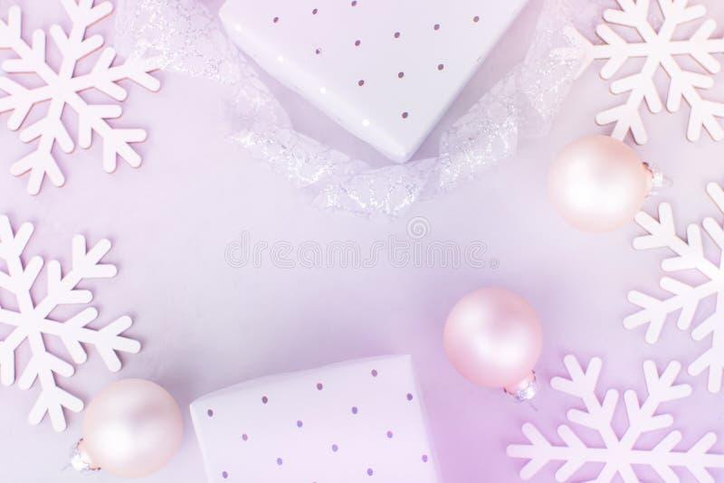 Białe Boże Narodzenie nowego roku sztandaru plakata tło Śnieżni płatków Baubles prezenta pudełka Skandynawów stylowi Pastelowi ko zdjęcie royalty free