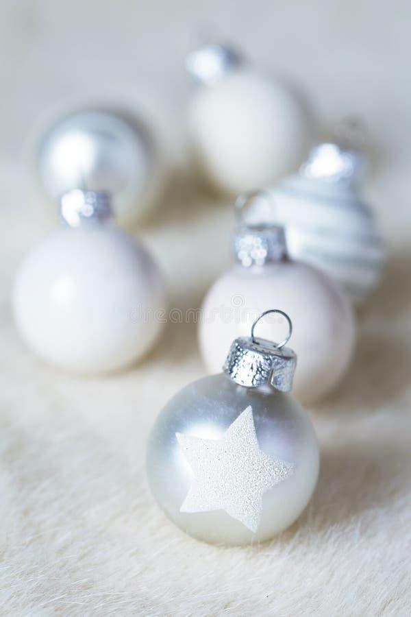 Białe Boże Narodzenie piłki na bielu obrzucają obraz royalty free