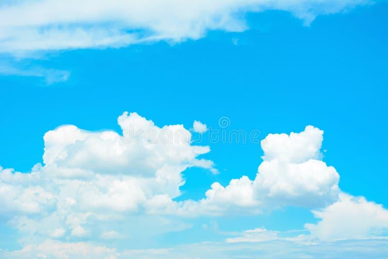 Białe bufiaste chmury na lata niebieskiego nieba tle zdjęcia royalty free