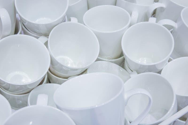 Białe ceramiczne filiżanki obrazy stock