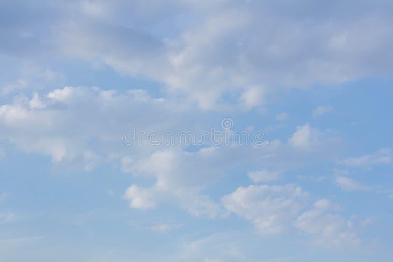 Białe chmury i niebieskie niebo wskazujemy czystego i freshing fotografia royalty free