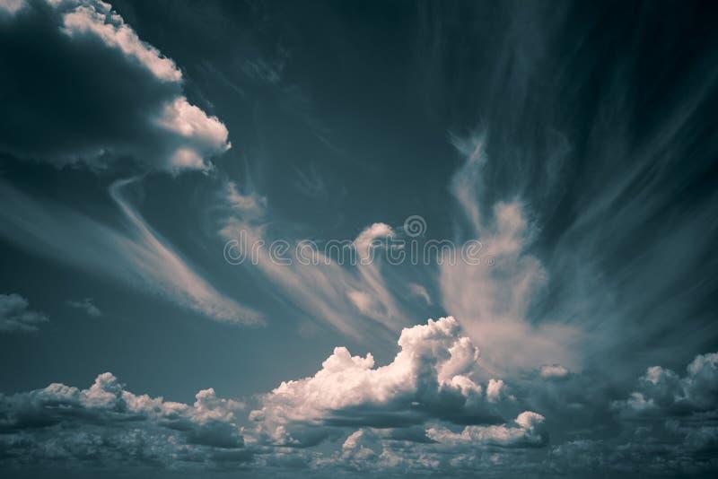 Białe chmury unoszą się w niebie nad Dennym wybrzeżem fotografia royalty free