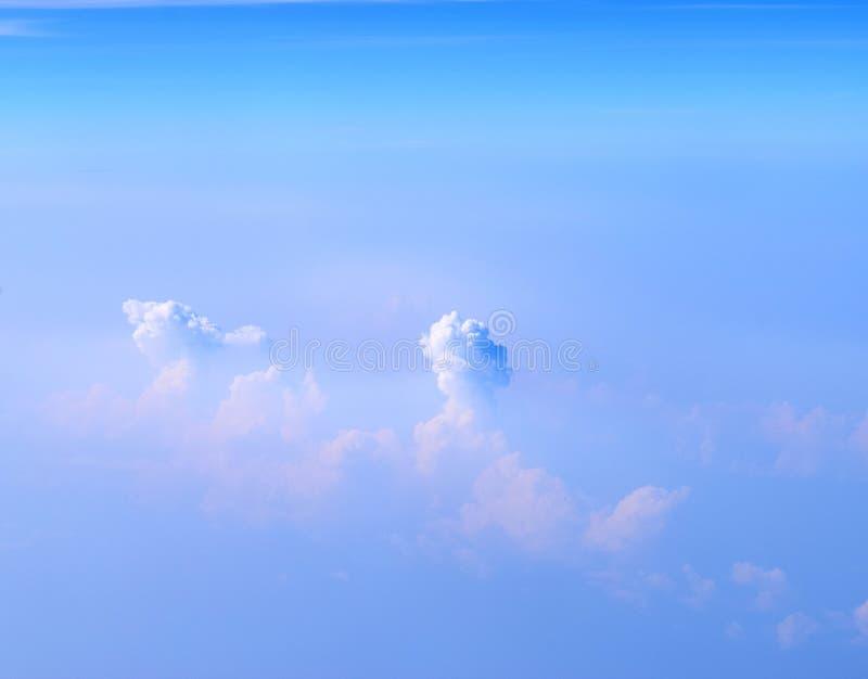 Białe cumulonimbus chmury w Nieskończonym niebieskim niebie Abstrakcjonistyczny Naturalny tło - widok z lotu ptaka - zdjęcia royalty free
