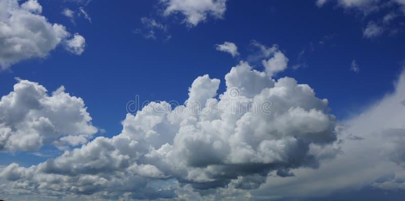 Białe cumulus chmury przeciw niebieskiego nieba tłu fotografia stock