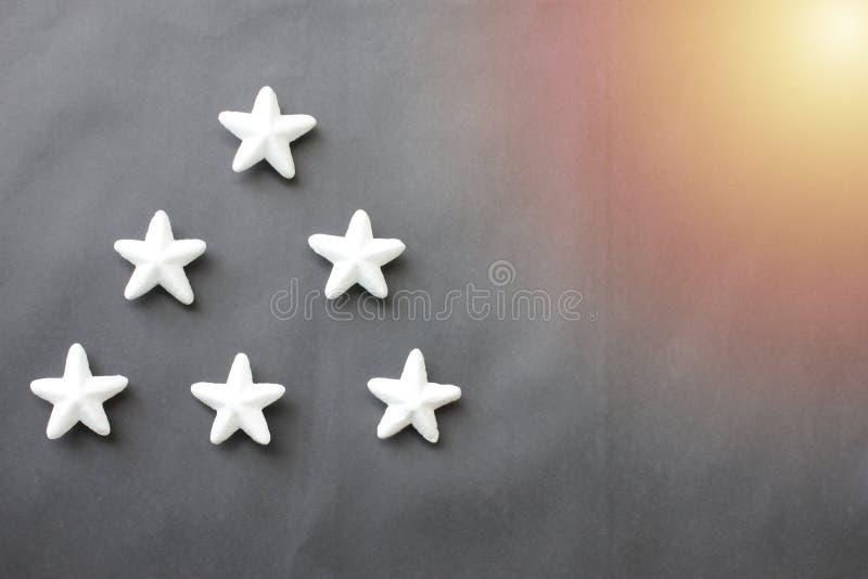 Białe gwiazdy umieszczają na czarnym tle dla biznesowych pomysłów obraz royalty free