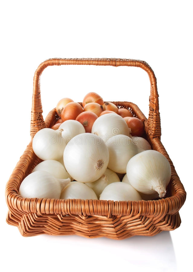 Białe i Żółte cebule w koszu obrazy stock