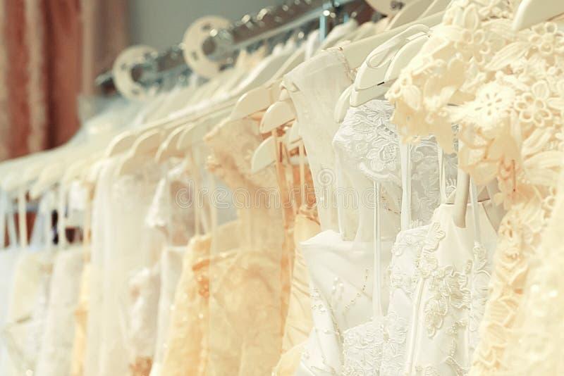 Białe i barwić ślubne suknie zdjęcie stock