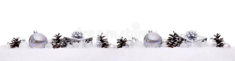 Białe i srebne boże narodzenie piłki z xmas przedstawiają prezentów pudełka odizolowywających na śniegu z rzędu obrazy royalty free