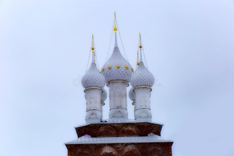 Białe kopuły kościół przeciw niebu fotografia stock