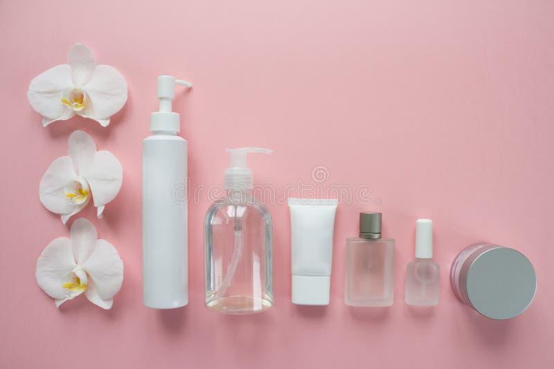 Białe kosmetyk butelki na różowym tle Mieszkanie nieatutowy zdjęcie royalty free