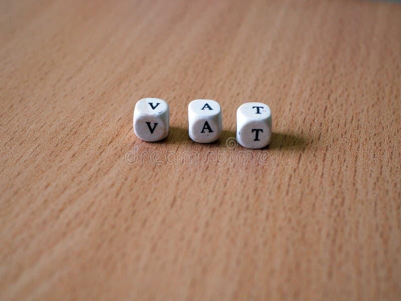 Białe kostki do gry na stole z tekst bednią zdjęcia royalty free