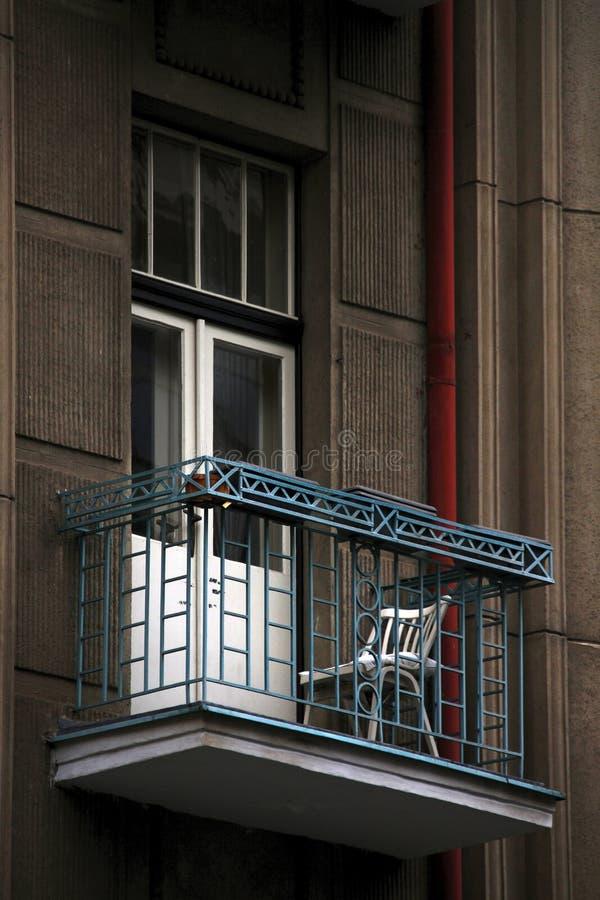 Białe krzesło stojące na balkonie obrazy stock