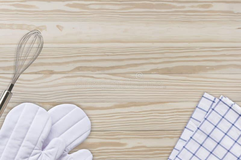 Białe kulinarne rękawiczki, blender na drewnie, pieluchy i jajka zgłaszają backg zdjęcia royalty free