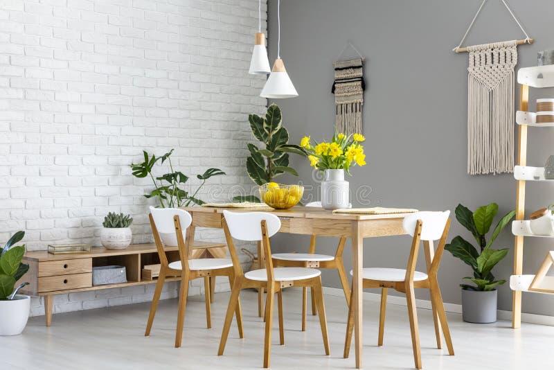 Białe lampy nad drewniany stół i krzesła w jadalni interio zdjęcia royalty free