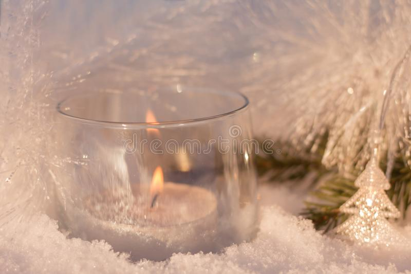 Białe olśniewające dekoracje z świeczką na choince obraz stock
