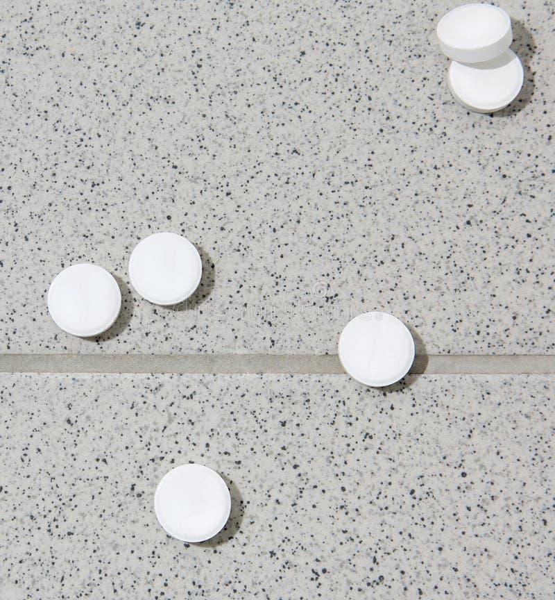 Białe pastylki na podłoga płytki zdjęcia stock