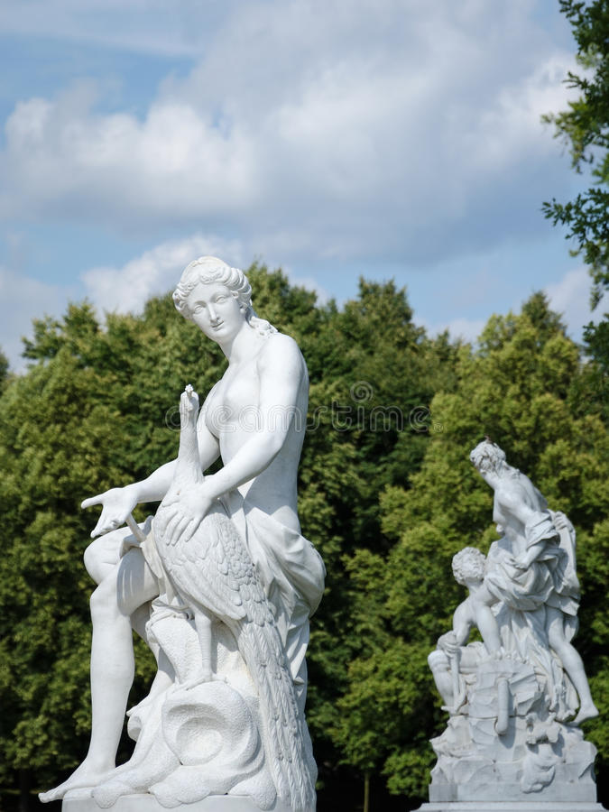 Białe piaskowcowe statuy w parku, Potsdam obraz stock